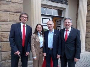 von Links: SPD-Bürgermeisterkandidat Michael Jäcke, SPD-Generalsekretärin Yasmin Fahimi, der Mindener Bürgermeister und Minden-Lübbecker SPD Vorsitzende Michael Buhre und MdB Achim Post vor dem Mindener Preußenmuseum.