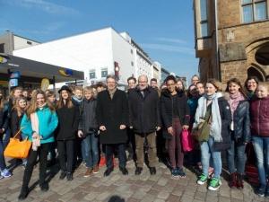 Die Bundestagsabgeordneten Achim Post und Steffen Kampeter mit Schülerinnen und Schüler des Besselgymnasiums Minden