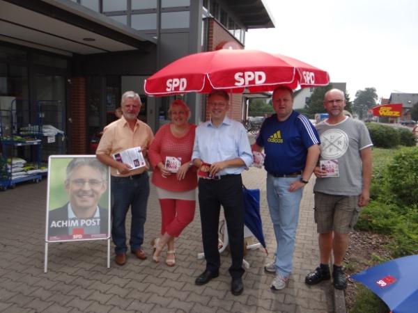 SPD Infoteam informierte in Rahden. Von links: Günter Meyer, Marion Spreen, Achim Post, Torsten Kuhlmann und Rolf Bahle. (Foto: Torsten Kuhlmann)