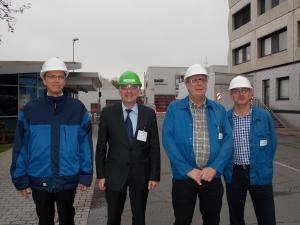 Geschäftsführer Dr. Marco Millies, Achim Post (MdB), Dirk Krumwiede  und Thomas Seiffart führen über das Betriebsgelände der BASF an der Karlstraße.