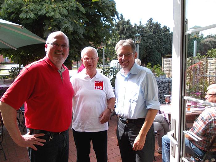 Ernst-Wihelm Rahe (MdL), AG60+-Vorsitzender Dieter Pohl und Achim Post beim Sommergrillen
