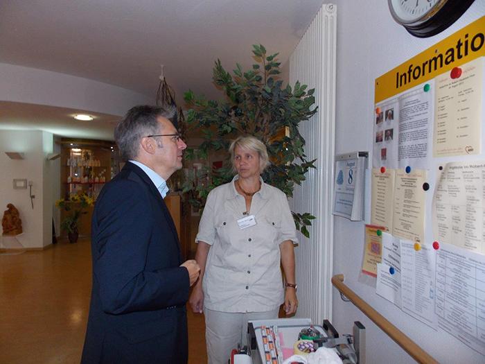 Kerstin Adam erläutert Achim Post den Tagesablauf in der Senioreneinrichtung Robert-Nussbaum-Haus