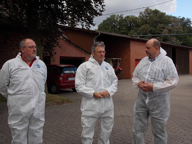 Ernst-Wilhelm Rahe und Achim Post lassen sich von Holger Kruse die Abläufe auf seinem Hof erklären