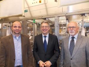 Sven-David Plate, Achim Post und Arthur Plate vor einer kundenspezifischen Sondermaschine in der Produktion