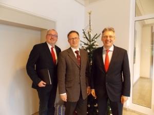 Ernst-Wilhelm Rahe, Thomas Beimann und Achim Post im weihnachtlich geschmückten Amtsgericht! Foto: Hartmut Stickan