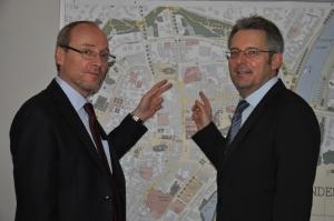 Bürgermeister Buhre erläutert Achim Post (MdB) den Masterplan Minden