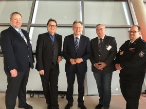 v.l. Volker Zoerb (DLRG Minden), Stefan Schwartze (MdB), Achim Post (MdB), Joachim Odermann (GdP Minden-Lübbecke) und Jens Grabbe (Feuerwehr Porta Westfalica)