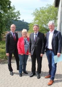 Bildunterschrift: Bürgermeister Bernd Hedtmann, MdL Inge Howe, MdB Achim Post, Dirk Rahnenführer (v. l.)