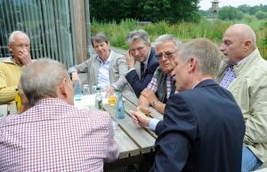Zu Tisch im Großen Torfmoor (v.l.): Hermann Nagel, Karl-Friedrich Rahe, Barbara Hen-dricks, Achim Post, Lothar Mattegiet, Frank Haberbosch und Günter Bösch.