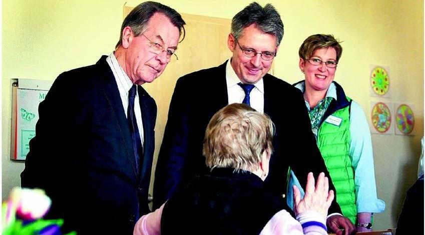 Franz Müntefering und Achim Post im Gespräch mit Besucherin des Mehrgenerationenhauses - Im Hintergrund Silvia Bösch
