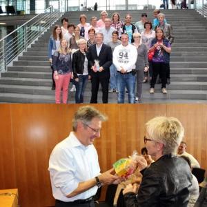 Bildunterschrift: Die Besuchergruppe des Begegnungszentrum e-werk Minden zu Besuch bei MdB Achim Post im Deutschen Bundestag, zuvor überreichte Andrea Driftmann Achim Post ein kleines Dankeschön.