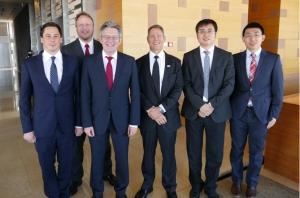 Achim Post trifft mit seiner Delegation die Werksleitung von ZF Peking. Rechts neben Achim Post: Thinus Steyn, Shu Shen, Li Wei.