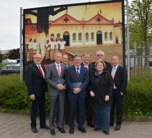 Bildunterschrift (v. links): Ernst-Wilhelm Rahe (MdL), Frank Haberbosch (Bürgermeisterkandidat für die Stadt Lübbecke), Bernd Richter (Produktionsleiter Lübbecke und Treffurt), Achim Post (MdB), Jan Busmann (Geschäftsführer DANNEMANN Cigarrenfabrik GmbH), Elisabeth Hintze (Vorsitzende des Betriebsrates), Arnold Oevermann (Vorsitzender der SPD-Fraktion im Lübbecker Stadtrat), Bodo Mehrlein (Geschäftsführer Bundesverband der Zigarrenindustrie)
