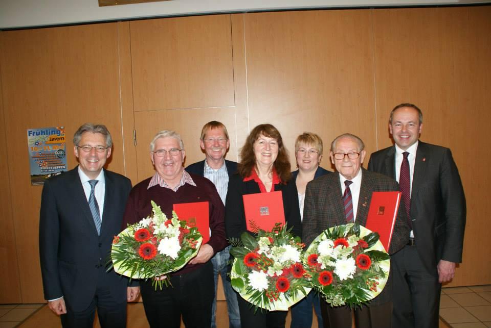 Junilare: Fritz Möller (2.v.r) und Reinhold Gralla (2.v.l.) Ingeborg Lilie (Mitte) - Gratulanten:  (v.l.) Achim Post, Wilhelm Riesmeier, Ilona Meier und Dr. Ralf Niermann.