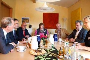 """Bildunterschrift: (v.l.) Franz Müntefering (Bundesminister a.D.), Achim Post (MdB), Ernst-Wilhelm Rahe (MdL), Monika Alschner (Leiterin Hospiz """"veritas""""), Detlef Siebeking und Thomas Volkening (Geschäftsführung PariSozial Minden-Lübbecke/Herford) und Antje Rohlfing, Koordinatorin für ambulante Hospizarbeit (PariSozial Minden-Lübbecke/Herford)"""