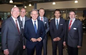 v.l.n.r.: Wirtschaftsförderer Claus Buschmann, Kai Staufenbiel (Autohaus Sieg), MdB Achim Post, Bürgermeister Frank Haberbosch sowie Antonio Labellarte und Hubert Höhn (beide vom Autohaus Sieg).