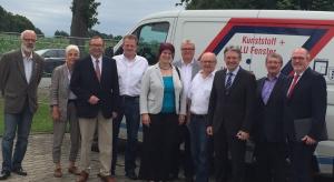 Informierten sich aus erster Hand (v.r.n.l.). Ernst-Wilhelm Rahe (MdL), Friedrich Schepsmeier (SPD), Achim Post (MdB), Seniorchef Horst-Dieter Kolkhorst, Dieter Sprado (FWG), Bürgermeisterkandidatin Bela Lange, Juniorchef Andreas Kolkhorst, Hans-Eckhard Meyer (FDP), Gundel Schmidt-Tschech (FWG) und Winrich Dodenhöft (Grüne)