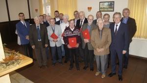 Langjährige Mitglieder des SPD-Stadtverbandes Petershagen werden von MdB Achim Post (1.v.r.) geehrt